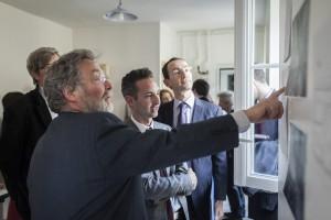 Ian Brossat, adjoint  la maire de Paris chargé du logement, et François Vauglin, maire du 11e, visitent le logement réhabilité